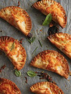 本格イタリアンを餃子の皮で♡簡単カルツォーネレシピ - Locari(ロカリ)