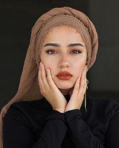I'm wearing the premium cotton in Hazelnut lippie is Fenty Beauty 'freckle fiesta' - Hijab Hijab Turban Style, Mode Turban, Hijab Outfit, Hijab Makeup, Head Scarf Styles, Scarf Head, Girl Hijab, Hijab Bride, Wedding Hijab