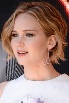 Jennifer Lawrence short wavy bob haircut