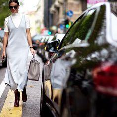 Pin for Later: 13 Tipps um jedem Rollkragenpullover einen modischen Twist zu verpassen Um ein tief ausgeschnittenes Kleid Büro-tauglich zu machen