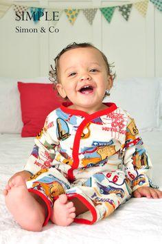 Sy en fin barnpyjamas efter mönster och beskrivning från Simple Simon. Använd tyg du har hemma eller kika in hos oss på www.barntyger.se för mjuka tyger i glada färger och mönster.