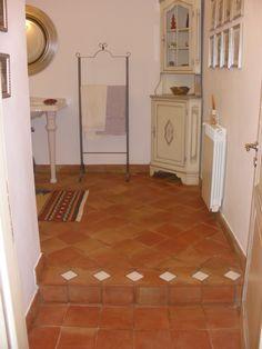 Piccoli inserti di piastrelle smaltate nel pavimento in cotto. #ceramics #potteryhttp://www.ceramichefratantoni.it/index.php