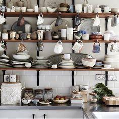 Prateleiras recheadas de cerâmica na cozinha do artista australiano Kylie Johnson!