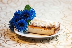 Classic cheesecake with whipped cream