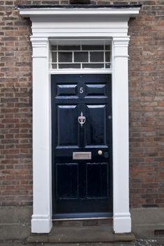 Georgian doorway with rectangular fanlight Georgian Architecture, Classic Architecture, Georgian Doors, Hardwood Front Doors, Door Design Interior, Traditional Doors, Garden Doors, Front Door Design, Modern Door