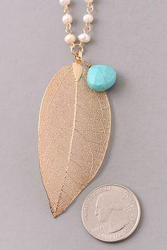 Metallic Leaf Charm Pearl Trim Necklace. Handmade Necklaces, Jewelry Necklaces, Beaded Bracelets, Leaf Necklace, Diy Necklace, Chocker, Jewelry Crafts, Fashion Jewelry, Jewelry Making