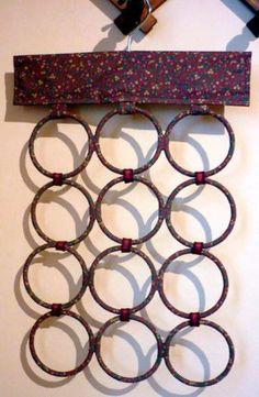 Forrado em tecido 100% algodão e estampado, o organizador de lenços e gravatas é feito com 12 argolas e um cabide que evita o desperdício de espaço e bagunça no armário. Os lenços, echarpes e gravatas ficam pendurados sem embolar ou dar nó. Feito sob encomenda, tem 40 x 70 cm de tamanho e custa R$ 55 na Arteirama.