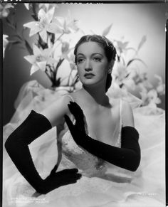 Dorothy Lamour, long black gloves with a white dress. Viejo Hollywood, Hollywood Icons, Old Hollywood Glamour, Hollywood Fashion, Vintage Glamour, Vintage Hollywood, Hollywood Stars, Classic Hollywood, Hollywood Actresses