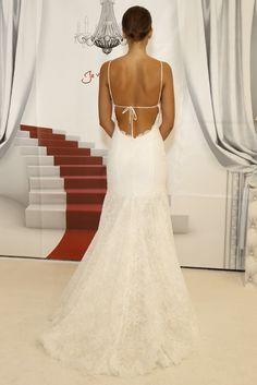 Impresionante espalada al aire, ideal para una boda en la playa. Vestido de novia de Cymbeline (FW 2014) #weddingdresses #NYBW