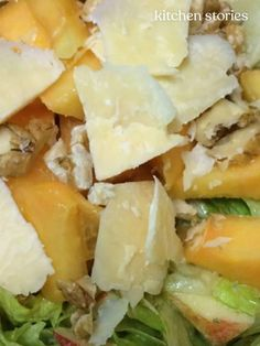 Wash the lettuce, core apples, peel papaya, and cut into bite-sized pieces. Easy Delicious Recipes, Yummy Food, Papaya Salat, Caprese Salat, Cored Apple, Pesto Salad, Apples And Cheese, Kitchen Stories, Salad Dressing