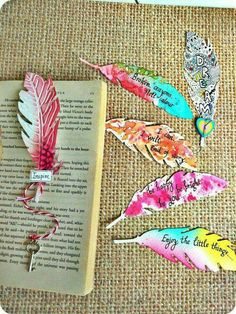 15 Pretty DIY Bookmarks for Teens to Get Creative and Treasure Painted Feathers Bookmarks Feathers are ever so soothing and pretty. 15 Pretty DIY Bookmarks for Teens to Get Creative and Treasure Creative Bookmarks, Diy Bookmarks, Corner Bookmarks, Diy Marque Page, Bookmark Craft, Bookmark Ideas, Bookmark Making, Broken Crayons, Marque Page