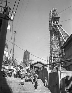 右に見える鉄塔は竪坑の巻き上げ櫓、1956年。 Showa Era, Tower Bridge, Golden Gate Bridge, San Francisco Skyline, Abandoned, Creepy, Times Square, Scene, Japan