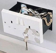 Nada de cofre atrás de quadros, agora, o negócio é no interruptor!!