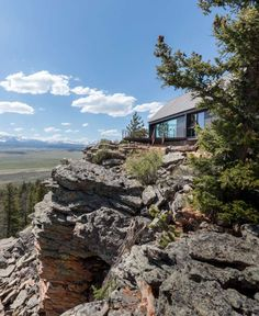 """Maricel Blum was in the checkout line of a Denver grocery store when she spotted a modernist cabin by architect Renée del Gaudio on the cover of local magazine 5280. """"She called immediately and insisted on coming over,"""" reports del Gaudio, who works out of her family's steel and glass alpine home in nearby Boulder. […] Nature Architecture, Vernacular Architecture, Colorado Cabins, Colorado Homes, Ideas De Cabina, Contemporary Cabin, Wooden Cabins, Rustic Cabins, Little Cabin"""