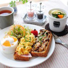 ハムとスクランブルエッグ、しめじのバター醤油炒めとチーズのトースト、サラダ、野菜スープ、ヨーグルト♡