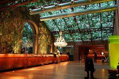 Hudson Hotel New York by Ian Schrager + Philippe Starck. Hotel Lobby Design, Philippe Starck, Bungalows, Hotels And Resorts, Best Hotels, Luxury Hotels, Manhattan, Hudson Hotel, Casa Hotel