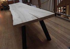 Spot On har designet dette smukke og robuste bænk i naturmateriale i 5 cm massive planker. Eet massivt stykke træ udgør bænken. Bænken findes i europæisk eg, fransk valnød, ask eller sortbejdset eg. De kan overfladebehandles med sæbe eller olie. Der er va