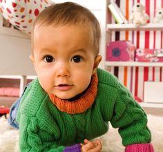 Gestrickter Kinderpullover mit Zopfmuster