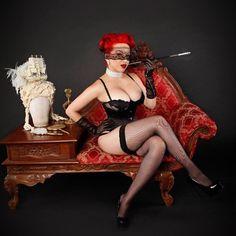 De enige Pinup Doll Ashley Marie kijkt heel prachtig terwijl slaan stelt #WildWednesday. Ze zal een groot rechter zijn op dit jaar #InkNIron Queen & rsquo; s Court Pin Up Pageant dus don & rsquo; t zijn een vreemdeling en zeg hallo! Pageant info: http://smarturl.it/INI_PageantTix: http://smarturl.it/INIfest2014tix