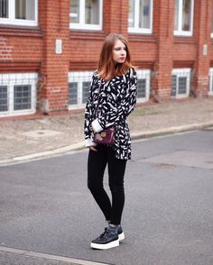 The Fashionable Blog. Black and white printed oversized sweater+black skinny jeans+black plattform laced shoes+purple patent leather crossbody bag. Fall Casual Outfit 2016