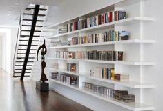 Een inspiratie voor velen. Moderne boekenwand voor de stadse omgeving of lofts. Eigenlijk dikke legplanken maar deze geven een prachtig speels effect. Boeken geven kleur. Zeer ruimtelijk. Wel met achterwand
