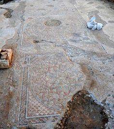 (Israël),découverte d'un établissement de la période byzantine (4e au 6e siècle ap J.C.);la mosaïque est décorée avec des motifs géométriques,des amphores, une paire de paons et une paire de colombes picorant des raisins