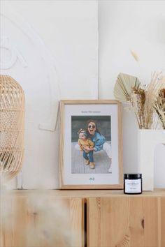 Ajoutez un cadre personnalisé avec une jolie photo de famille à votre décoration Hygge, Piece A Vivre, Jolie Photo, Decoration, Floating Nightstand, Frame, Table, Furniture, Home Decor
