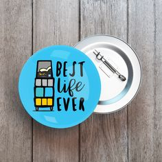 Best Life Ever Button Pin, Badge - Witnessing Cart (blue) Measures 1.25 inches (3.25cm) in diameter jw gifts - jw ministry - jw pioneer gifts - best life ever - jw pioneer - jw org The Best Life Ever Shop is a Specialty Shop dedicated to providing JW families all over the world with unique gifts