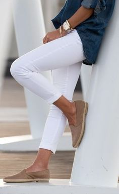 Would LOVE to see white jeans in my April fix! Minimal + Classic: Summer classics / white jeans, espadrilles, chambray will take you into Fall Look Fashion, Street Fashion, Womens Fashion, Fashion Trends, Classic Fashion, Airport Fashion, Petite Fashion, Elegance Fashion, Fashion Guide