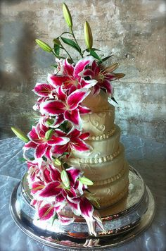 flowers in this look great, don't like the precious swirls in frosting