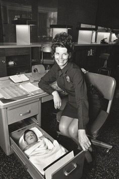 """""""Abandoned baby sleeping in desk drawer at Los Angeles Police station"""", 1971. pic.twitter.com/AVNY2fTHfF"""