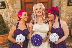 Noiva de cabelos brancos com mechas violetas/ Madrinhas de cabelos rosa-choque.