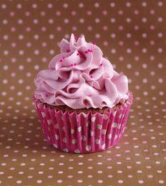 Ce cupcake parfumé à la purée de framboise est surmonté d'un glaçage aérien : une crème au beurre à la meringue suisse, elle aussi parfumée à la framboise.