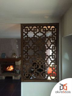 Notre claustra Sirius en cloison d'intérieur. Sobre et élégant. Living Room Partition Design, Room Partition Designs, Tin Roof House, Art Marocain, Decorative Metal Screen, Pooja Room Design, Bungalow House Design, Pooja Rooms, Window Design