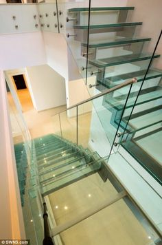 Glasstufen und Glasgeländer auf einer tragenden Stahlunterkonstruktion. Glass stair whit steel beams.