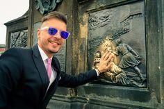 Hello, Summer Kids! Sunt in mare graba, asa ca va spun repede cate ceva despre plimbarea mea pe Podul Carol din Praga, oras pe care l-am vizitat pentru prima data saptamana trecuta. Cum este unul d...
