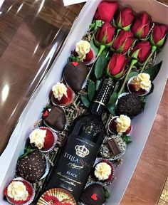 Valentines Day Gifts : Yes PLEASE: this wine is great + chocolate + strawberries Valentine Desserts, Valentine Chocolate, Chocolate Gifts, Chocolate Desserts, Valentine Gifts, Chocolate House, Valentines Recipes, Ideas Desayunos, Gift Ideas