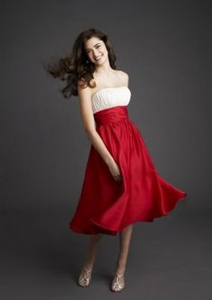 Red bridesmaid dresses are great to accentuate the sense of femininity of the bridesmaids. Red bridesmaid dresses look amazing with white wedding dresses. Knee Length Bridesmaid Dresses, Red Bridesmaids, Red And White Weddings, White Wedding Dresses, Girls Evening Dresses, Evening Gowns, Ruffles, Robes D'occasion, Prom Gowns