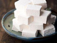 Cómo hacer marshmallows caseros. Los marshmallows son nubes de azúcar que pueden comerse tal cual, doradas al fuego, o utilizarse para preparar otras recetas de repostería. Con el auge de los cupcakes y las tartas y galletas decorada...