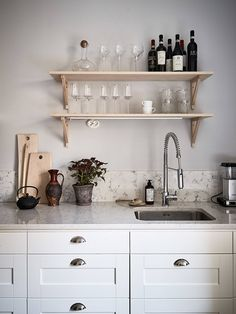 Beautiful grey home with a soft pink touch Kitchen On A Budget, New Kitchen, Kitchen Dining, Kitchen Decor, Kitchen Ideas, Grey Kitchens, Luxury Kitchens, Home Kitchens, Dusty Pink Bedding