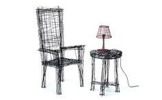 黒のマーカーでラフスケッチした、イスとテーブルにランプ。 トリックアートのように、座れそうで座れない絵はありま […]