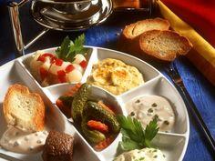 Fondue mit Rinderfilet, Pfeffer-Dip, Curry-Dip und Senfdip   http://eatsmarter.de/rezepte/fondue-mit-verschiedenen-saucen