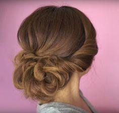 Soms wil je wel eens wat anders met je haar, zeker tijdens de feestdagen. Deze zes kapsels zijn chic en maken je feestelijke outfit helemaal af! Behalve mooie plaatjes zochten we natuurlijk ook tutorials voor je op. Want niks zo frustrerend als een mooi kapsel zien en geen idee hebben hoe je het zelf moet … Chignon Tutorial, Twisted Updo, Updos, Hair Beauty, Parfait, Hair Styles, Outfits, News, Quotes