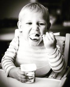 Portrait enfant  #portrait #enfant #child #blackandwhite #yaourt #aliment #nourriture #expression#face #visage #bouche #repas