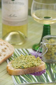 Pistounade {Apéro à tartiner} : olives vertes, ail, basilic, citron, poudre d'amandes, huile d'olives. Avec un bon pain aux céréales...