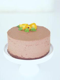 Lupasin eilen kakun ohjetta, mikäli kakku onnistuu, ja koska kakku nyt ainakin makunsa puolesta onnistui ihan täydellisesti niin laitetaan ohje myös tänne. Ulkonäköön jäi hiukan toivomisen varaa, syynä varmaan se, että irrotin kakkureunuksen jo aamulla, ja kakku olisi voinut hyytyä ehkä vielä hiukan pidempään. Ohjeen perustana on helppo ja herkullinen suklaakakku -postauksen resepti, mutta tällä […]
