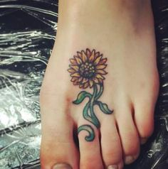 Tattoo sunflower foot mom Ideas for 2019 Sunflower Foot Tattoos, Sunflower Tattoo Simple, Sunflower Tattoo Sleeve, Sunflower Tattoo Shoulder, Small Sunflower, Sunflower Tattoo Design, Mom Tattoos, Trendy Tattoos, Tattoos For Guys