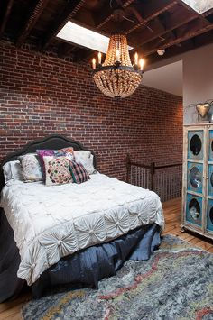 This is like Elle Santana's bedroom loft in COLD SNAP -- except Elle is a bit of a slob. I doubt she'd have made her bed ...