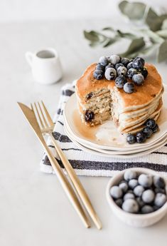 Recipes by Lorena Salinas Food Flatlay, Good Food, Yummy Food, Food Photography Tips, Blueberry Pancakes, Sweet Breakfast, Breakfast Photo, Aesthetic Food, Waffle