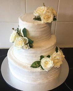 "Vicki Priest (@vickisedibleart) on Instagram: ""#weddingcake #chocolatemudcake #whitebuttercream #whiteroses #weddingday #rusticweddingcake"""